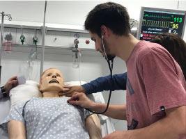 Estudiantes de Ingeniería Biomédica en el centro de simulación SIMMER